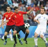 图文:[欧洲杯]西班牙VS希腊 纳瓦罗控球