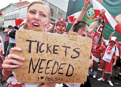 欧洲杯比赛一票难求。图为一名波兰队球迷在波兰对德国的比赛前,在球场外求购门票。
