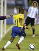图文:[世预赛]巴西0-0阿根廷 抓住罗比尼奥