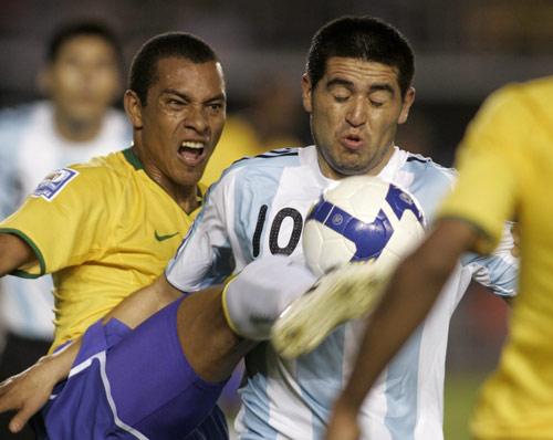 图文:[世预赛]巴西0-0阿根廷 紧逼里克尔梅