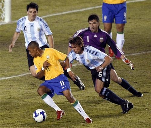 图文:[世预赛]巴西0-0阿根廷 罗比戏耍阿根廷后防