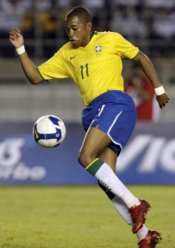 图文:[世预赛]巴西0-0阿根廷 罗比突破