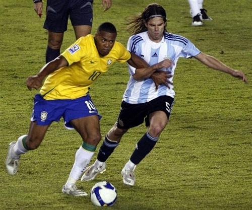 图文:[世预赛]巴西0-0阿根廷 野兽突破