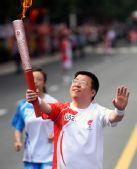 图文:奥运圣火新疆石河子传递 张自合手持火炬