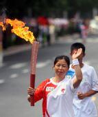 图文:奥运圣火新疆石河子传递 张丽英手持火炬