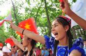 图文:奥运圣火石河子传递 群众为奥运圣火加油