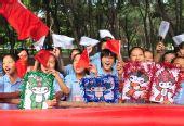 图文:奥运圣火在新疆石河子传递 市民助威传递