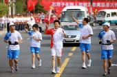图文:奥运圣火新疆石河子传递 火炬手张斌传递