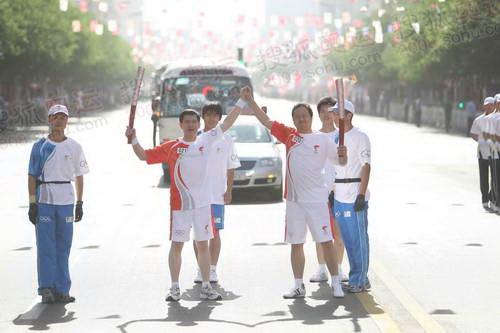 联想奥运火炬手、联想集团副总裁李祥林与下一棒火炬手交接火炬