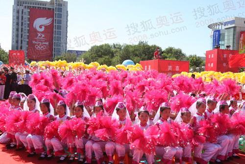 昌吉市亚洲中心广场,市民热情加油