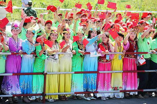 组图:奥运圣火在昌吉传递 当地市民喜迎圣火