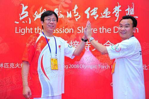"""搜狐副总裁陈陆明(右)和联想副总裁周庆彤展示""""团结一心""""爱心手势"""