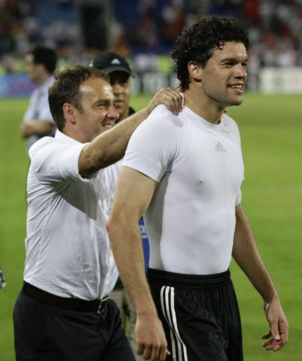 图文:[欧洲杯]葡萄牙2-3德国 巴拉克庆祝脱衣