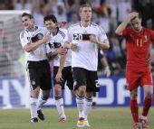 图文:德国3-2葡萄牙进四强 克洛泽巴拉克庆祝