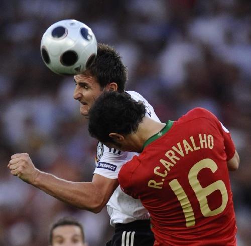 葡萄牙就是硬生生被头槌砸死的……