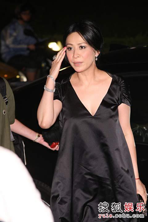 刘嘉玲黑色孕妇装亮相