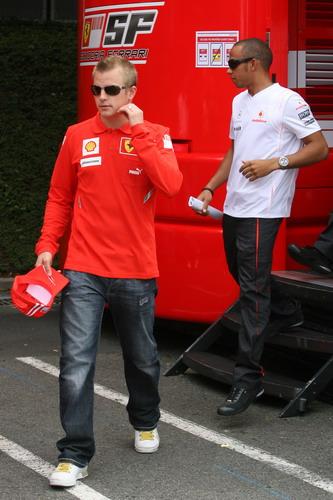 图文:[F1]法国大奖赛赛前 莱科宁与汉密尔顿