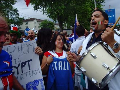 赛前,意大利球迷的信心似乎更足一些