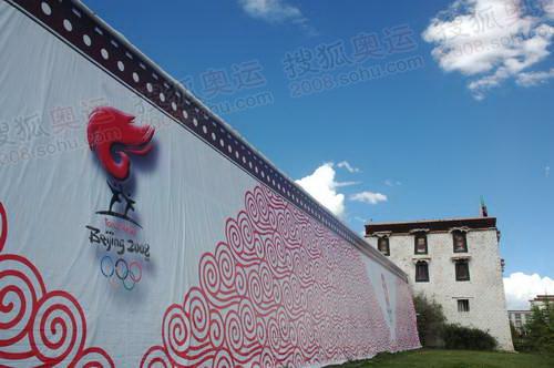 拉萨的大街上,奥运标识随处可见