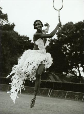 草场上快乐地挥舞球拍