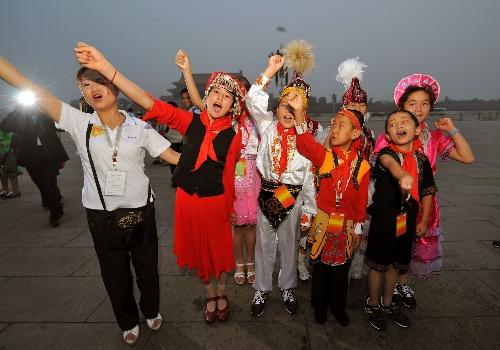 56个民族小使者观看升旗仪式 合影留念