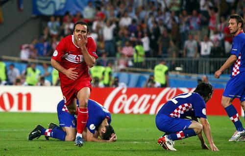 喜剧性的,土耳其人站了起来,克罗地亚人倒了下去