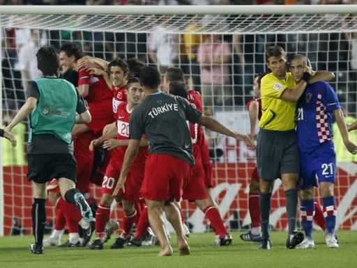 图文:土耳其点球4-2克罗地亚 主裁安慰彼得里奇