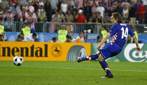 图文:土耳其点球4-2克罗地亚 莫德里奇射门瞬间
