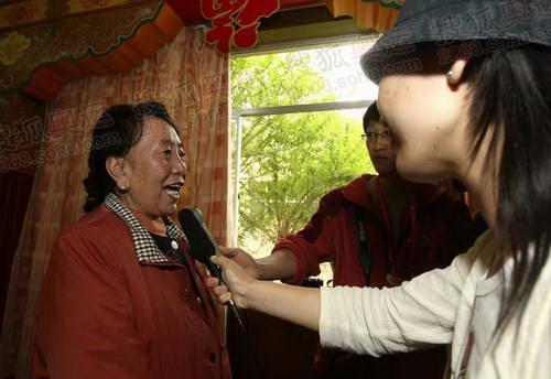 拉萨站末棒火炬手才旦卓玛老师接受采访