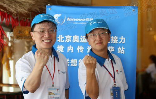 联想高级副总裁乔松(右)与微软副总裁沈向阳