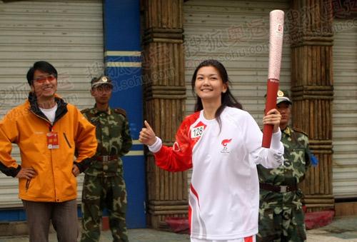 中国名模姜培琳传递火炬
