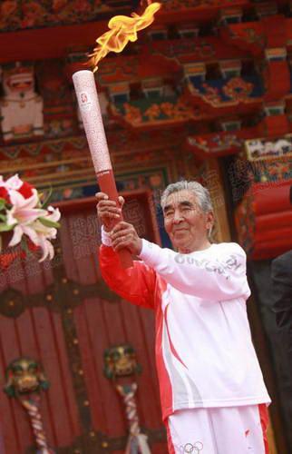 首棒火炬手贡布展示奥运圣火