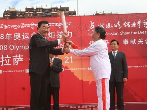才旦卓玛把火炬传给西藏书记张庆黎