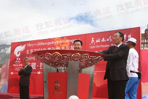 西藏书记和主席共同点燃圣火
