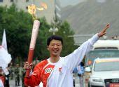 图文:奥运圣火在拉萨传递 王斌手持火炬传递