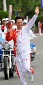 图文:奥运圣火在拉萨传递 谢力手持火炬传递