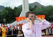 图文:境内外媒体采访拉萨传递 手机现场报道