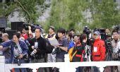 图文:境内外媒体采访拉萨传递 等候队伍到来