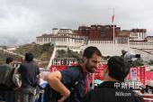 """组图:奥运火炬西藏传递路上""""追光""""的老记们"""