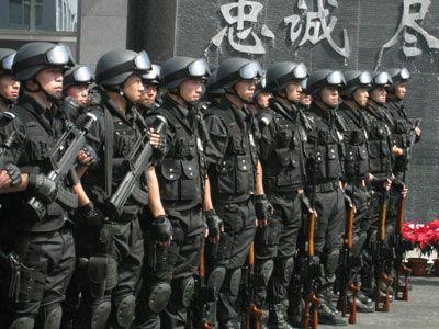 """""""蓝剑突击队""""队员们佩带新式枪械"""