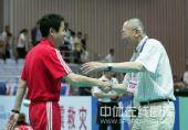 图文:中国女排3-0泰国女排 陈忠和握手魏纪中