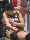 图文:中国女排3-0泰国 冯坤撕下受伤的胶布