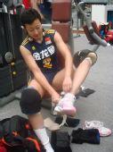 图文:中国女排3-0泰国 冯坤脱下腿上的护具