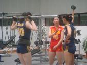 图文:中国女排3-0泰国 薛明张娜李娟准备训练
