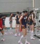 图文:中国女排3-0泰国女排 穿着比赛服训练忙