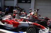 图文:[F1]法国大奖赛排位赛 车手等待赛车称重