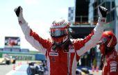 图文:[F1]法国站排位赛 莱科宁庆祝获得杆位