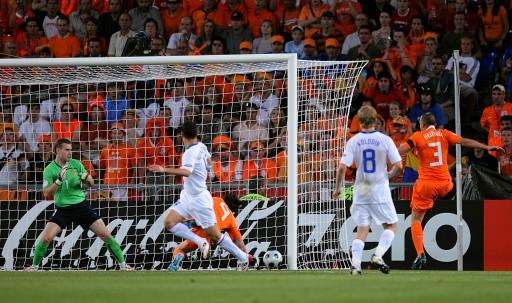 图文:[欧洲杯]荷兰VS俄罗斯 范尼破门瞬间