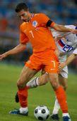 图文:俄罗斯3-1荷兰进欧锦赛四强 范佩西控球