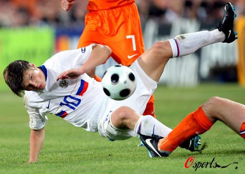 图文:荷兰1-3俄罗斯 少林扫堂腿